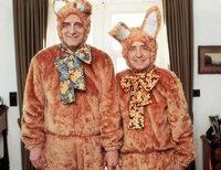 Der Bürgermeister Peter Elfinger (Helmut Fischer, l.) und sein Amtskollege Paul Schneck (Hans Clarin) posieren als Osterhasen.
