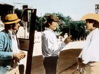 Vince Majestyk (Charles Bronson, Mitte) ist mit seinem Freund und Vorarbeiter Larry Mendoza (Alejandro Rey, li.) in die Stadt gefahren, um Arbeiter für die Melonenernte anzuheuern.