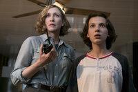 Dr. Emma Russell (Vera Farmiga, l.); Madison Russell (Millie Bobby Brown, r.)