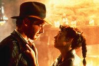 Der Archäologieprofessor Indiana Jones (Harrison Ford, l.) und seine Freundin Marion (Karen Allen, r.) müssen viele Abenteuer bestehen, bis sie die geheimnisvolle Bundeslade in Besitz nehmen können ...