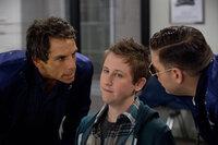 Schon bald gelingt es Evan (Ben Stiller, l.) und Franklin (Jonah Hill, r.), einem jugendlichen Eierwerfer (Johnny Pemberton, M.) das Handwerk zu legen. Doch dann überfällt eine blutrünstige Truppe Aliens den kleinen beschaulichen Ort ...