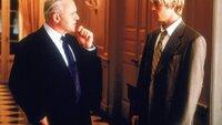 Der reiche William Parrish (Anthony Hopkins, li.) ist von Joe Black (Brad Pitt, re.) fasziniert - obwohl er ahnt, dass er den Tod verkörpert und gekommen ist, um ihn zu sich zu holen...