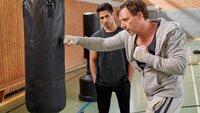 Stefan Vollmer (Hendrik Duryn, r.) bietet Cem (Daniel Rodic) einen Job als Co-Trainer in der Box-AG an.