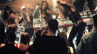 """Die Mädels der """"Coyote Ugly"""" heizen dem Club ordentlich ein und begeistern mit ihrer Tanzeinlage auf der Theke."""