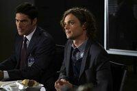 Während Reid (Matthew Gray Gubler, r.) und Hotch (Thomas Gibson, l.) in einem neuen Fall ermitteln, fällt es Morgan und Savannah wegen ihrer stressigen Jobs schwer, Zeit füreinander zu finden ...