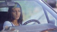 Der hochschwangere Stella Berger (Edita Malovcic) ist mit ihrem Auto auf den Bahnschienen liegengeblieben. Plötzlich hört sie einen Zug heranrasen...
