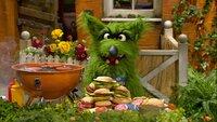 Der Wolf muss zur Strafe Möhren-Burger für seine Freunde grillen.