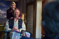 August von Grün erwartet Danni (Annette Frier, l.) zu Hause mit einer Überraschung: Er hat es geschafft, Kurt (Axel Siefer, r.) aus dem Gefängnis zu holen und damit bei Danni extra zu punkten ...
