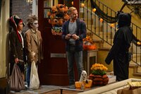 """""""Melissa & Joey"""", """"Hexen, Hexen."""" Es ist Halloween. Während sich Joe mit den Nachbarkindern einen Wettstreit um die gruseligste Dekoration liefert, wird Mel von ihrer Vergangenheit eingeholt. Ihre Gynäkologin Dr. Radler kommt vorbei, um Mel zu offenbaren, dass sie eine mächtige Hexe ist und ein dunkler Lord sie verfolgt und ihr nach dem Leben trachtet. Zunächst hält Mel diese Behauptungen für Humbug. Doch als sie Lennox unabsichtlich in eine Katze verwandelt, wird Mel stutzig.Im Bild (v.li.): Alec Tandoc (Francisco), Raymond Ochoa (Dalton), Joey Lawrence (Joe)."""