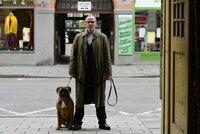 Ludwig Schaller (Alexander Held) schneidet zwei fliehenden Verdächtigen den Weg ab.