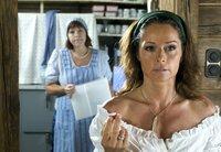 Sandra (Christina Plate, rechts) und Theres (Elfi Eschke) haben herausgefunden, dass jemand ihre Arbeit sabotiert.