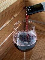 Glas mit Bordeaux-Wein. Die Region Bordeaux ist eine der größten Weinbauregionen Europas. Auf 112 000 Hektar Fläche wird Wein produziert. Längst nicht überall nachhaltig.