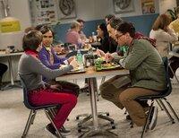 (im Uhrzeigersinn) Howard Wolowitz (Simon Helberg); Rajesh Koothrappali (Kunal Nayyar); Sheldon Cooper (Jim Parsons); Leonard Hofstadter (Johnny Galecki)