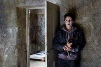 Mandy (Amy Lally) versucht zu entkommen.