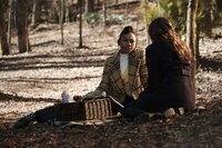 Cleo (Omono Okojie, l.); Hope Mikaelson (Danielle Rose Russell, r.)
