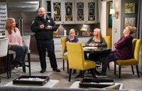(v.l.n.r.) Bonnie (Allison Janney); Officer Andy (Will Sasso); Christy (Anna Faris); Jill (Jaime Pressly); Tammy (Kristen Johnston)