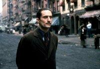 Der junge Vito Corleone (Robert De Niro) beginnt, sich auf der Straße einen Namen zu machen.