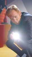 Ein kleines Mädchen wurde umgebracht. Am Tatort macht sich Horatio (David Caruso) mit seinen CSI-Kollegen an die Spurensuche.