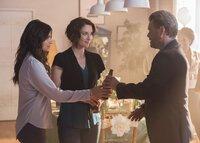 Maggie (Floriana Lima, l.) entschließt sich dazu, ihren Vater Oscar (Carlos Bernard, r.) zu ihrer Brautparty einzuladen. Wie wird das erste Zusammentreffen zwischen ihm und Alex (Chyler Leigh, M.) ablaufen?