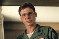 Colonel Lucas (Harrison Ford) und seine Kollegen von der CIA haben einen Spezialauftrag für Captain Willard: Unter strenger Geheimhaltung soll er Colonel Kurtz, der sich im Dschungel von seiner Einheit wie ein Gott verehren lässt, finden und töten.