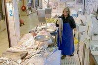 Rosa Cunha trägt auf dem Mercado da Ribeira in Lissabon die Tradition der Peixeiras, der berühmten Fischverkäuferinnen, weiter.