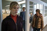 Dr. Brunner (Max Hopp) und Karin Lossow (Katrin Sass) machen sich Sorgen um  Ellen (Rikke Lylloff).