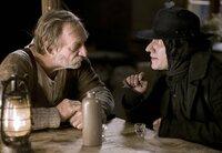 Der Brandner Kaspar (Franz Xaver Kroetz, links) lädt den Tod (Michael Bully Herbig) auf einen Schnaps ein.