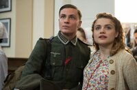 Otto Marquardt (Jannik Schümann, l.) und seine Schwester Anni (Mala Emde, r.) warten im Hörsaal der Charité auf das Kamerateam der Wochenschau.
