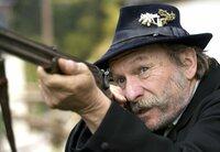 Der Brandner Kaspar (Franz Xaver Kroetz) geht auf Jagd.