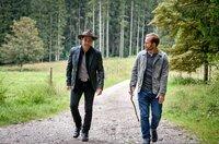 Dexter Torrence (Andreas Beckett, l.) bringt Florian (Arne Löber, r.) auf eine Idee, wie er Maja helfen könnte.