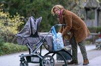"""Patrizia """"besorgt"""" einen Kinderwagen für Jesper."""