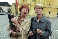 Ann Miller und Julia finden Millers Elternhaus (v.li.: Bibiana Zeller, Christiane Hörbiger).