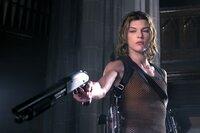 Das tödliche Virus hat sich über Raccoon City ausgebreitet. Alice (Milla Jovovich), von der mächtigen Umbrella Corporation für ein biogenetisches Experiment missbraucht, hat durch die Genmanipulation übernatürliche Kräfte entwickelt ...