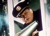 Captain Pruss (Charles Durning) gibt den Befehl zum Start des Luftschiffs Hindenburg.
