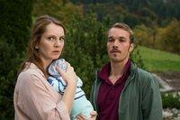 Die Eltern Nina (Daniela Schulz) und Thomas Cramer (Max Woelky) geraten immer wieder in Streit darüber, wie sie mit ihrem Baby umgehen sollen.