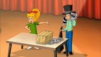 Bibi präsentiert Karl-Friedrich, der eine Entfesselungsnummer mit seinem Waschbären Freddy vorführt.