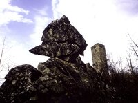 Burg Koppenstein mit Wackelstein im Soonwald.