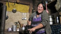 Bäuerin Choki bereitet das Lieblingsgetränk der Menschen im Hochland Bhutans zu: Buttertee.