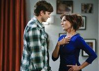 Als Walden (Ashton Kutcher, l.) Linda (Marilu Henner, r.) sieht, die Großmutter seiner neuen Flamme, fühlt er sich zu ihr hingezogen. Doch was wird Stacey dazu sagen?