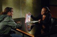Vivian (Marianne Jean-Baptiste, r.) erhofft sich von Pete (Darin Heames, l.) Informationen zu einem neuen Fall ...