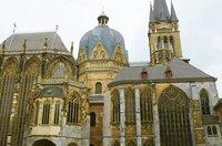 Der Aachener Dom hält den Rekord an der Krönung von Königen des römisch-deutschen Reiches: In den Jahren zwischen 936 und 1531 wurden hier 30 Herrscher gekrönt, die sich alle als direkte Nachfolger Karls des Großen verstanden.