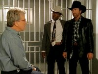 Woodrow Wilton (Leo Burmester, li.) ist wegen Mordes zum Tode verurteilt worden. Walker (Chuck Norris, re.) und Trivette (Clarence Gilyard, Mi.) glauben, daß er den wahren Mörder kennt und deckt, weil er bedroht wird.