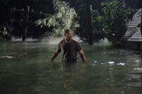 Rückblende: Aaron (Eriq La Salle) versucht sich und seine Familie aus den Fluten zu retten ...