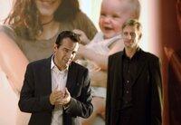 Ben (Hans-Werner Meyer, links) und sein Art Director Max (Martin Glade) präsentieren eine Kampagne für Babynahrung.