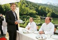 Der Chocolatier Karl (Timothy Peach, li.) präsentiert seine süße Spezialität den kritischen Preisrichtern, darunter der bekannte Sterne- und TV-Koch (Heinz Winkler, re.).