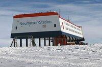 Die Neumayer-Station in der Antarktis ist die größte und komfortabelste deutsche Station am Südpol aller Zeiten. Gut 13.000 Kilometer südlich soll sie vor allem Klimaforschung vorantreiben.