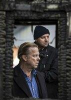 Kommissar Wallander (Krister Henriksson) und sein Kollege Nyberg (Mats Bergman) untersuchen ein niedergebranntes Haus.