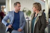 Jürgen Simmel (Hinnerk Schönemann) und Marie Brand (Mariele Millowitsch) wundern sich dass, Sybille Reif nicht zur Arbeit gekommen ist. Dadurch erfahren sie, dass es einen Leichenfund gibt.