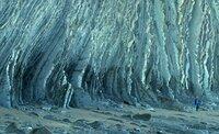 Die scharfkantigen Furchen, die für den baskischen Geopark typisch sind, vergleicht die Umweltwissenschaftlerin Naiara Malave mit dem steinernen Buch der Erdgeschichte, das Informationen über die ersten Lebewesen auf der Erde enthält, sogar Hinweise über das Aussterben der Dinosaurier .