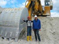Willi Weitzel mit dem Geologen Alexander Braatz in einer Kaolinabbaustätte. Kaolin ist ein wichtiger Rohstoff zur Keramikherstellung.